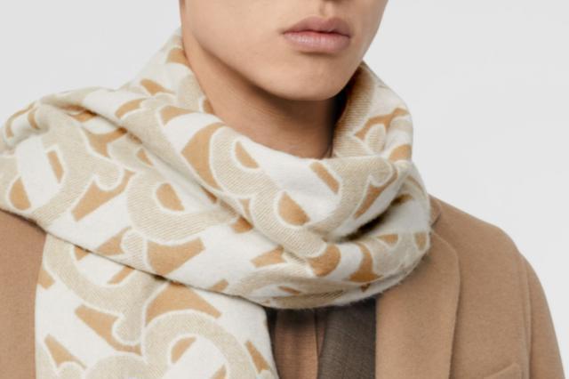 冬天到了,你还差一条Burberry的经典格纹围巾