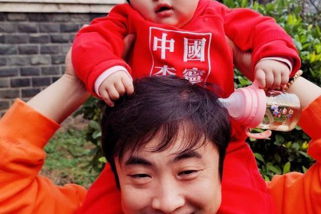 乔杉老婆晒近照,小女儿骑乔杉脖子上紧张到小手紧紧抓着爸爸头发