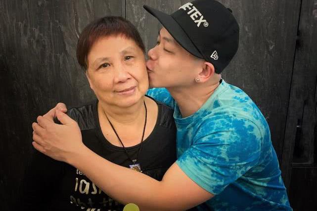 TVB孝顺男艺人亲吻母亲脸颊贺其生日 刚成为爸爸后更懂父母不易