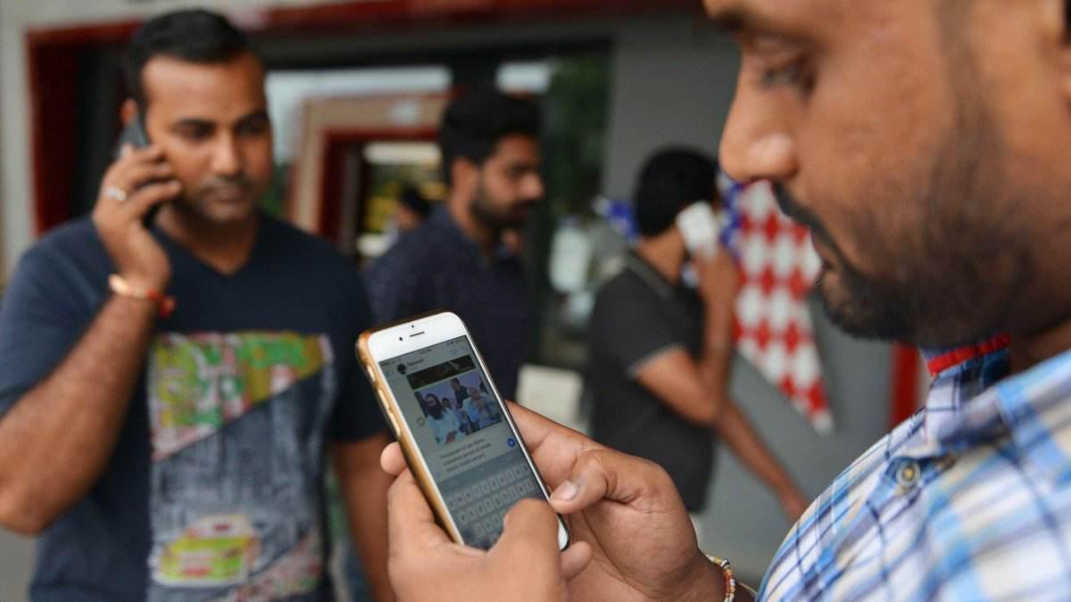 印度大叔质问中国游客说:我们每人都有一部智能手机,中国有吗?