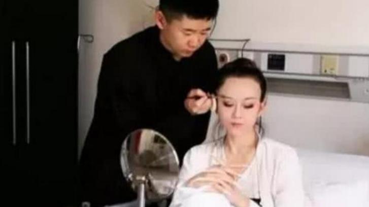 61岁杨丽萍生活不能自理,堪称现实版老佛爷,男助理伺候起居