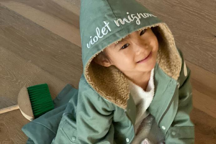 陈冠希深夜不忘晒女儿,爸爸镜头下Alaia戴帽子微笑一脸乖巧