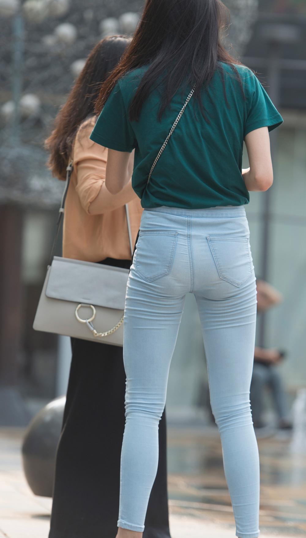 街拍时尚: 穿着紧身裤光脚喷泉边戏水的少妇, 开心的像个孩子