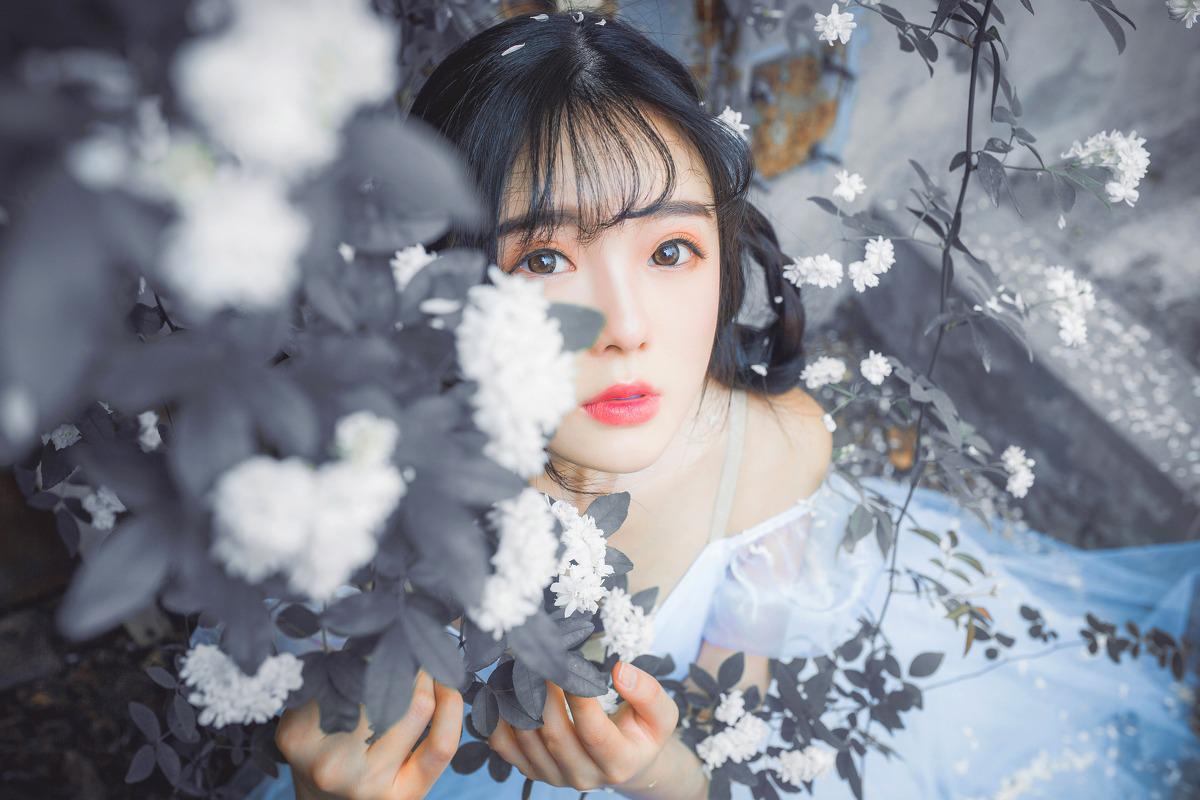 漂亮脸蛋刘海美女白纱裙与花比美
