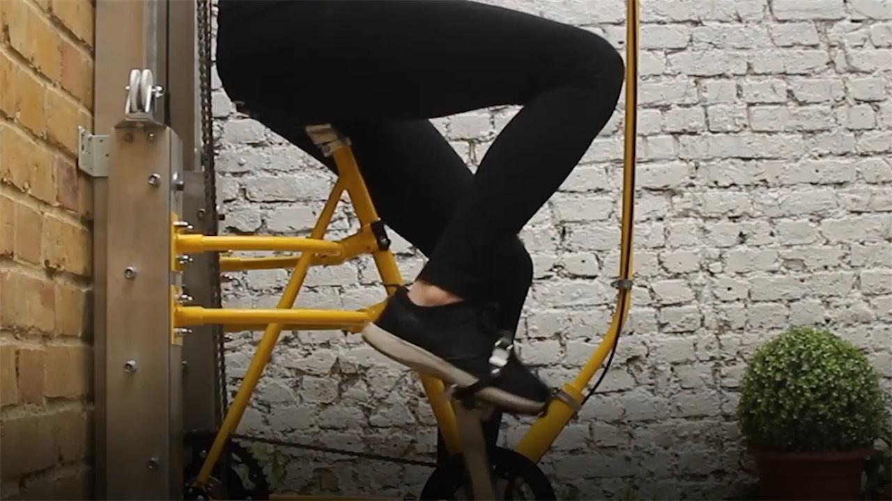 """21岁女大学生发明""""爬楼""""自行车,楼外安装轨道,链条断了怎么办"""