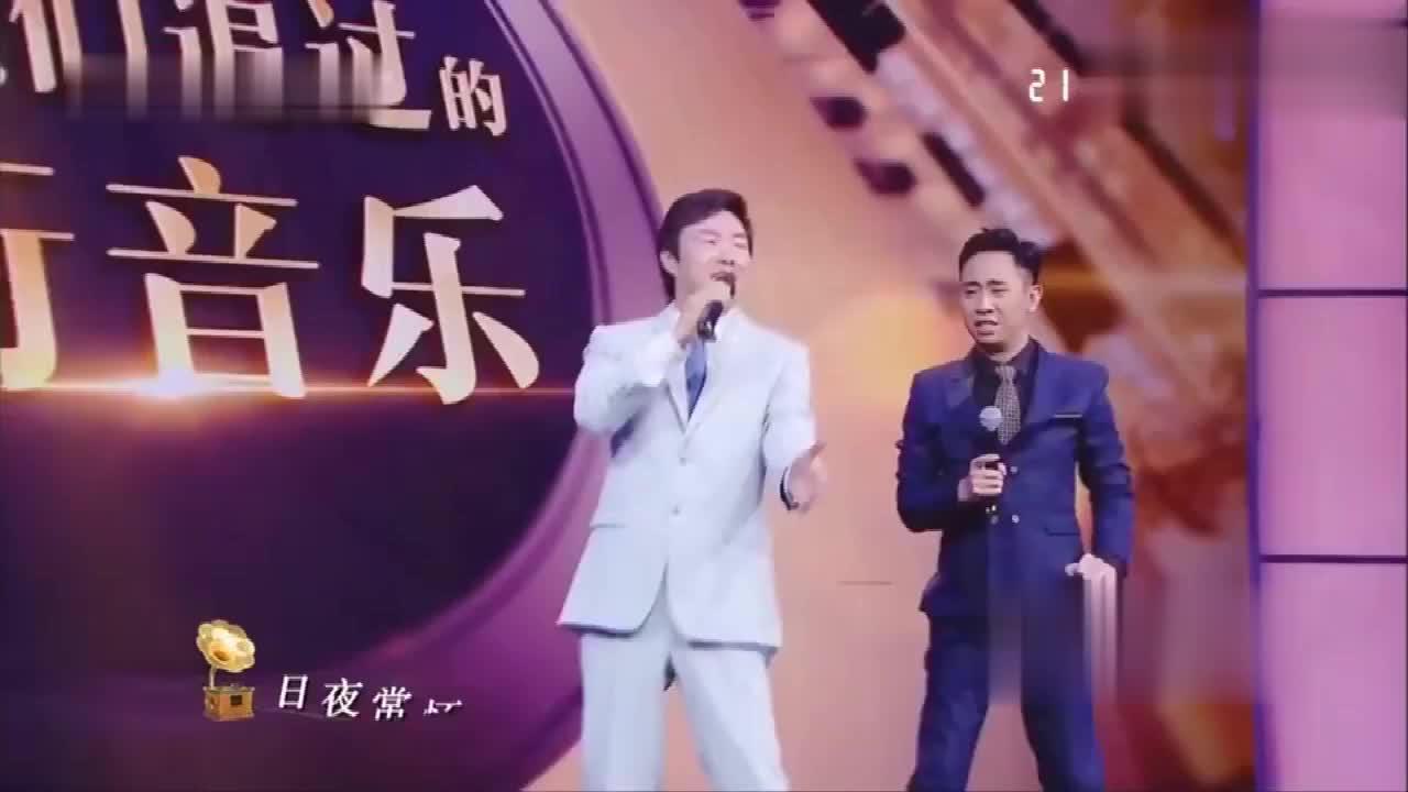 小哥费玉清一改往常唱歌姿势演唱《小雨打在我身上》嗨翻全场