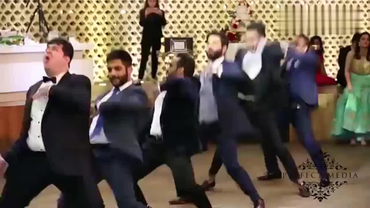 印度男人穿西装跳舞左边的胖子成功引起我的注意太有魔性了