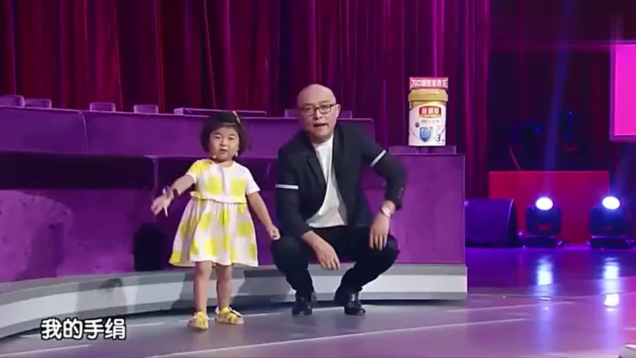 欣蕊上台模仿宋小宝刘欢那叫一个像啊突发事件头套竟然甩掉了