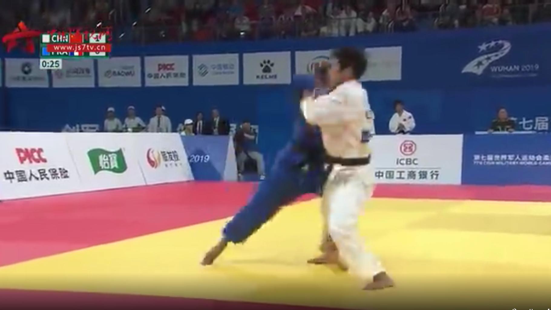 过瘾!中国柔道运动员赢得比赛 表情亮了