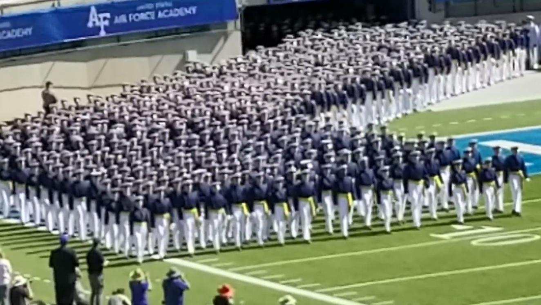 美国空军学校的毕业典礼,接连不断的队列,堪称密集症人群的福利