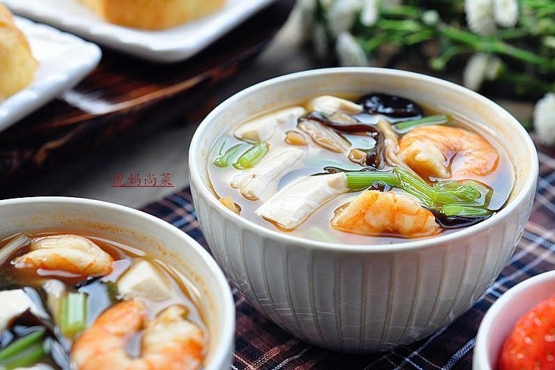 一盒豆腐,一堆蔬菜,不放油煮几分钟就行,大冬天最爱的海鲜汤