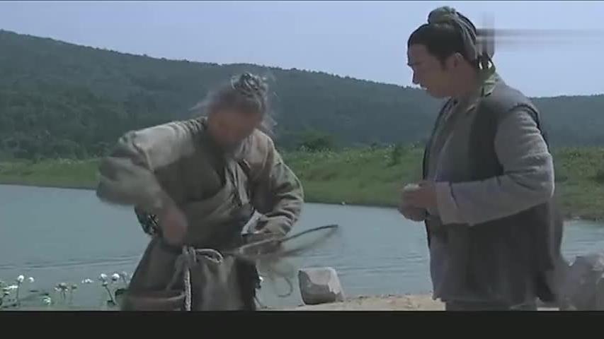 渔夫抓了一条鱼,傻小子买下放生,鱼儿报恩救了傻小子的命