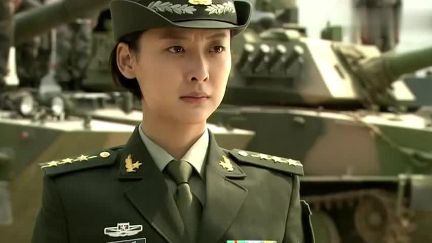 美女进部队不穿作战服训练,旅长大怒,谁料一见人立马敬礼