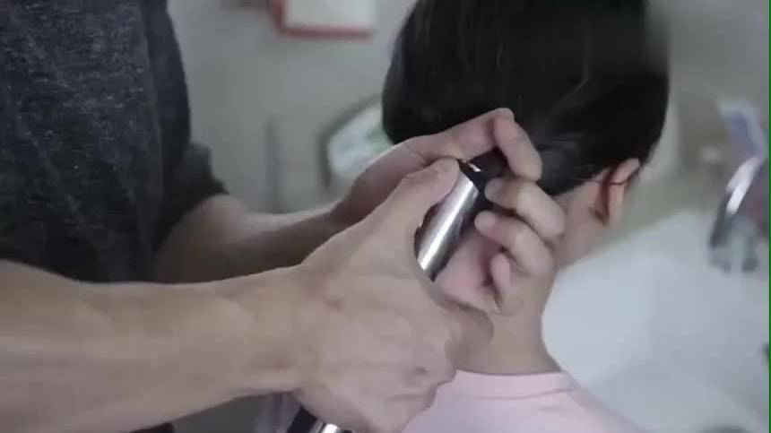 还有这种操作帅哥不会给女儿扎头发于是他直接拿出了吸尘器