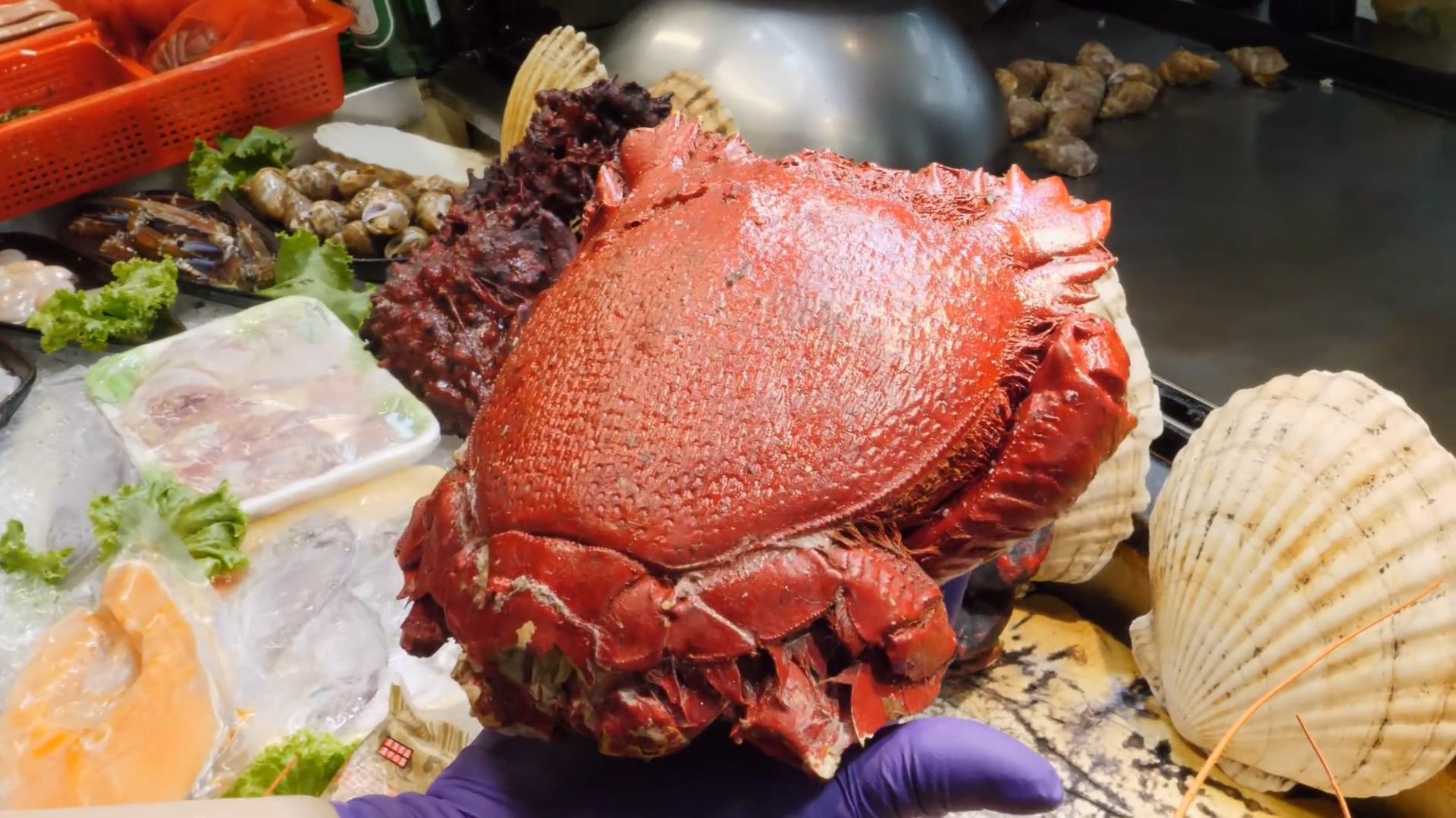 中国台湾鱼市小贩处理老虎蟹,海臭虫切块裹粉下锅油炸!