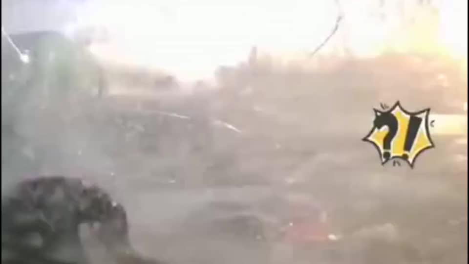 突然爆胎视频车玻璃当场被震碎放慢镜头才发现不简单