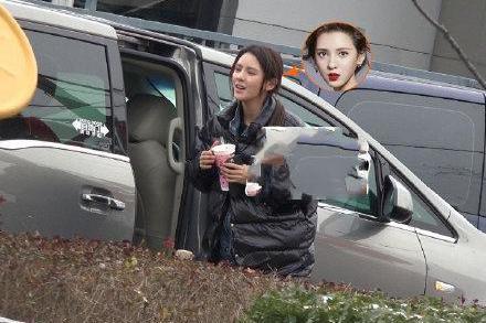 网友晒张予曦现身街头画面,她面带微笑状态超好,手里奶茶引热议