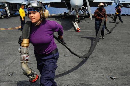 美国航母舰队出海必带500名女兵,舰长表示:人数不对不出发