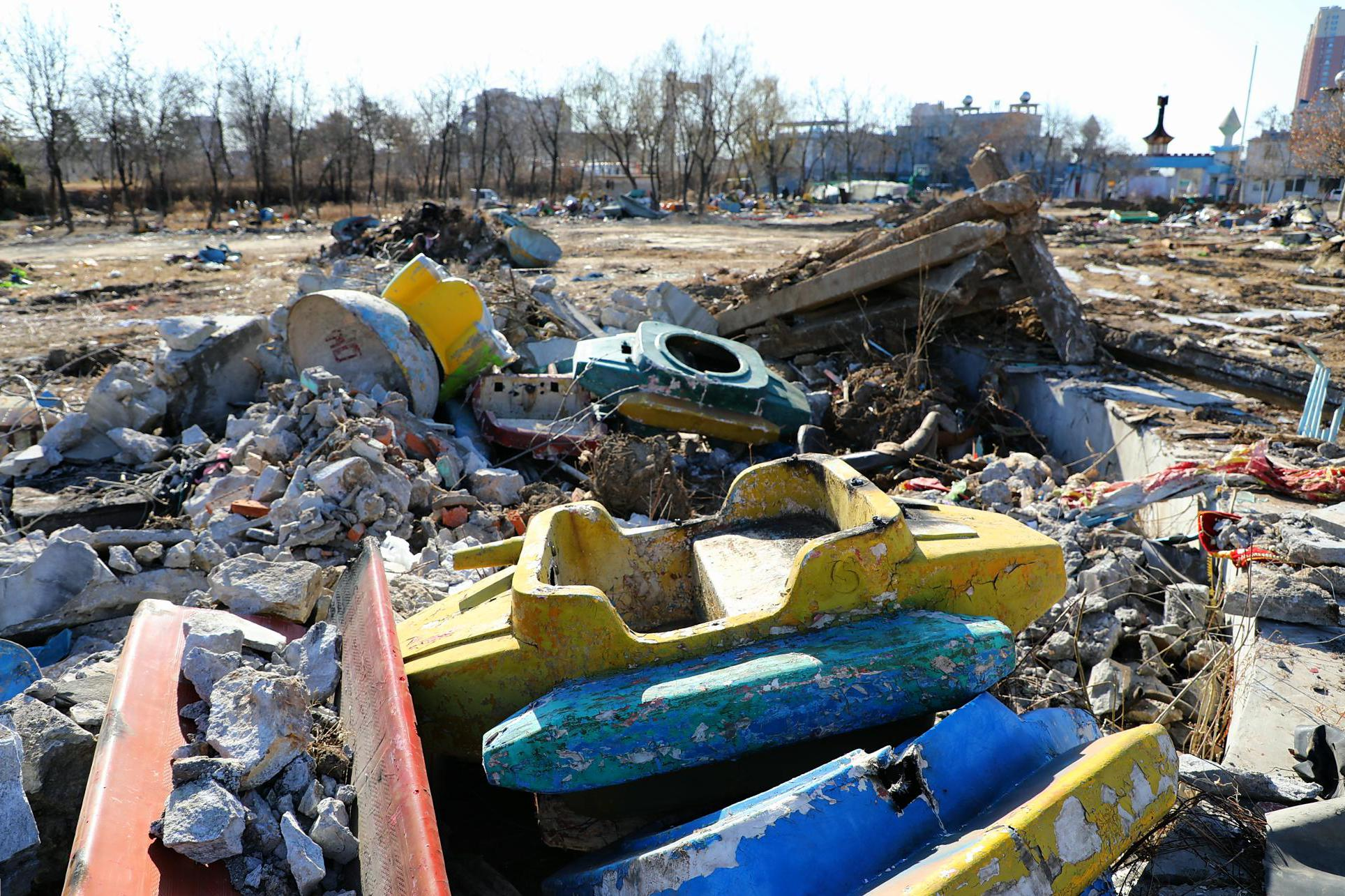 东北县城游乐场一夜之间成废墟,90后看了只想哭