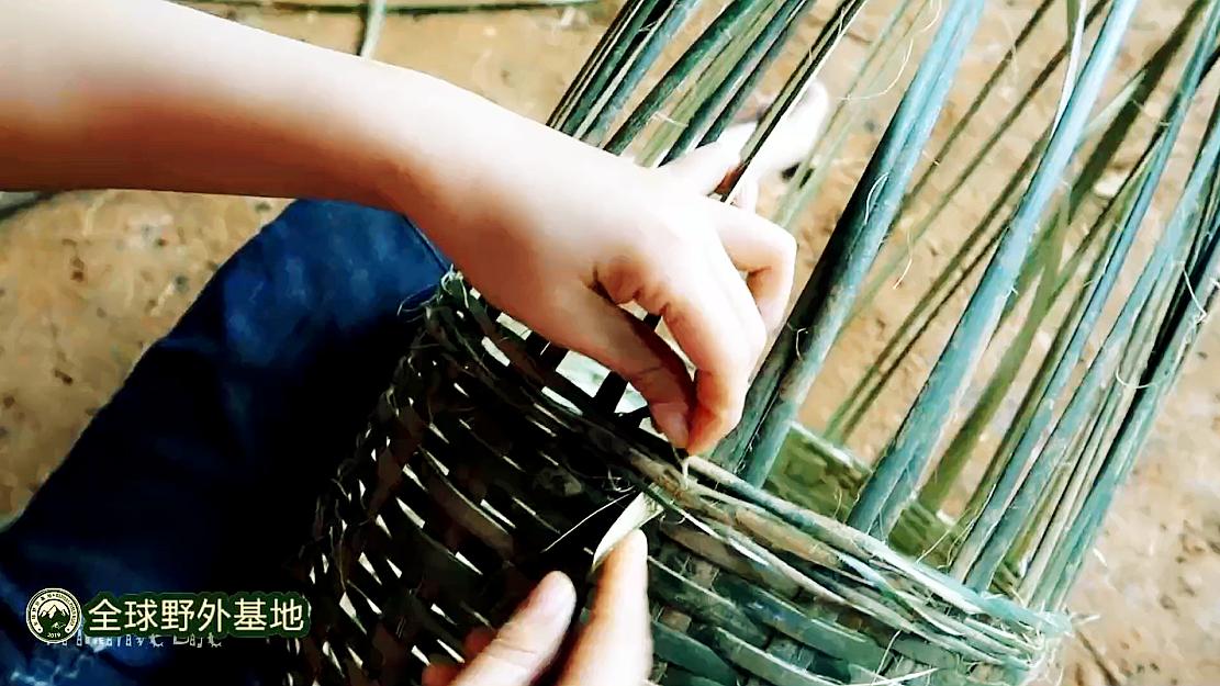 原始技巧第14集:手工编织两个大竹筐,过两天要用来打水井装土用