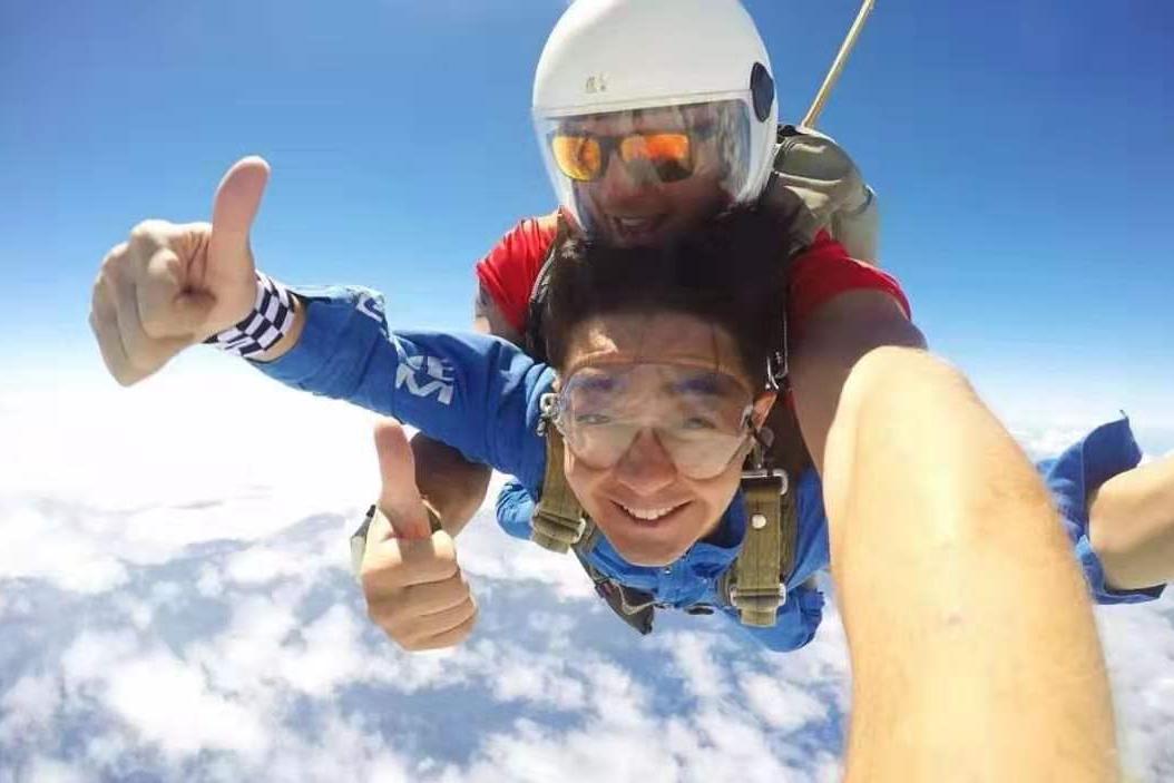 45岁林志颖挑战跳伞,空中竖起大拇指,45岁仍勇于迎接新挑战?