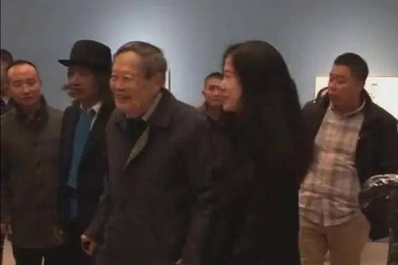 """97岁杨振宁携娇妻看展,翁帆主动上前牵手,""""忘年恋""""恩爱有加"""