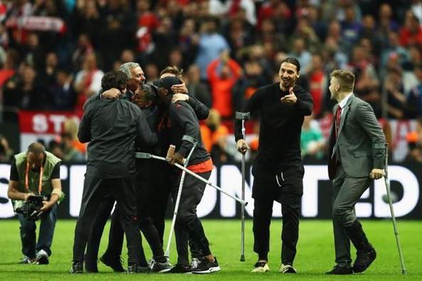 两年前穆里尼奥率曼联拐杖军团夺欧联杯 两年后英超豪门再陷绝境
