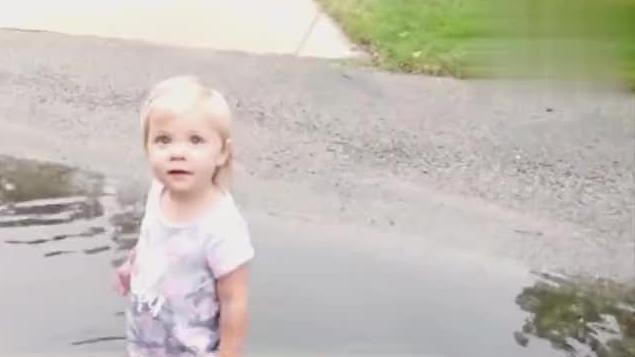 小宝宝兴奋的躺泥里打滚,被妈妈发现后,宝宝的反应太逗了