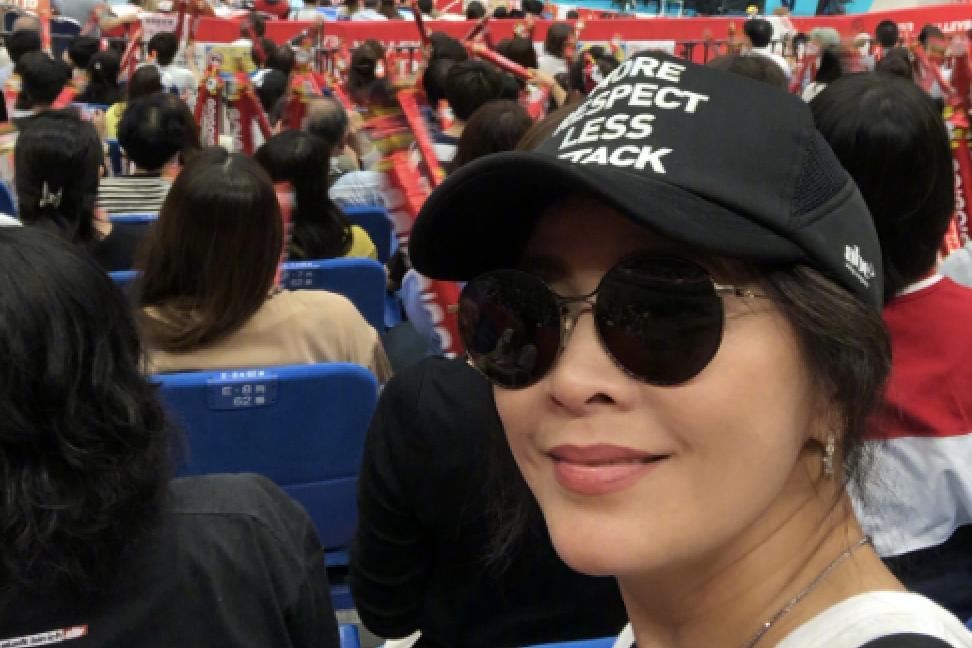 中国女排对日本大获全胜,全员获梁朝伟刘嘉玲合照,夫妇亲切随和