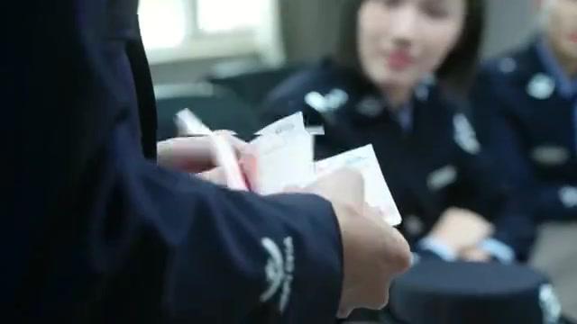 简凡展现辨认纸币的能力,现场数钱手法技术高超,一看就是个高手