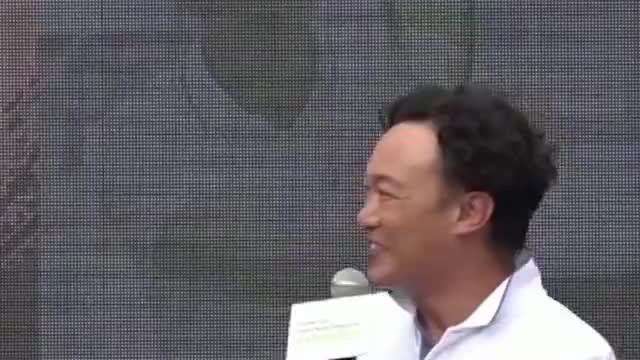 陈奕迅取消25场演唱会,而老婆徐濠萦的潮店没顾客与朋友聊天