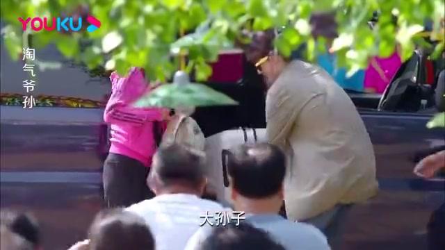 淘气爷孙:嘉乐回乡下老家,全村人放鞭炮迎接,场面十分的热闹!