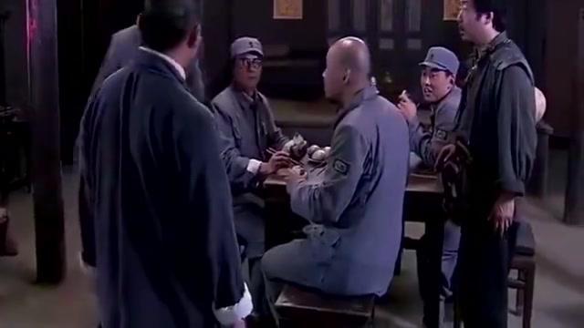 小伙装傻不会武功,被人一顿揍,只有队长看出他是高手!