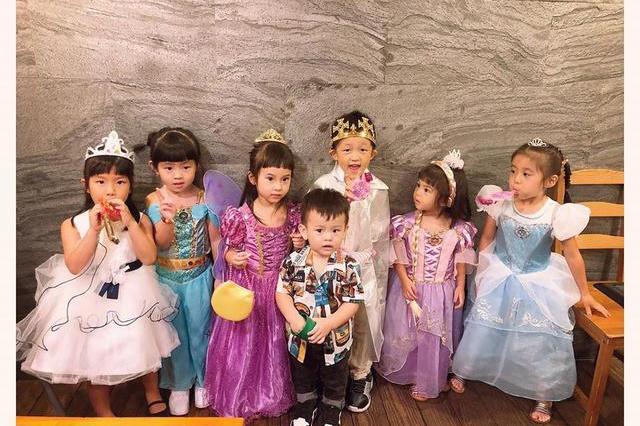 方志友女儿Mia4岁生日,咘咘波妞穿华丽公主裙参加派对呆萌可爱