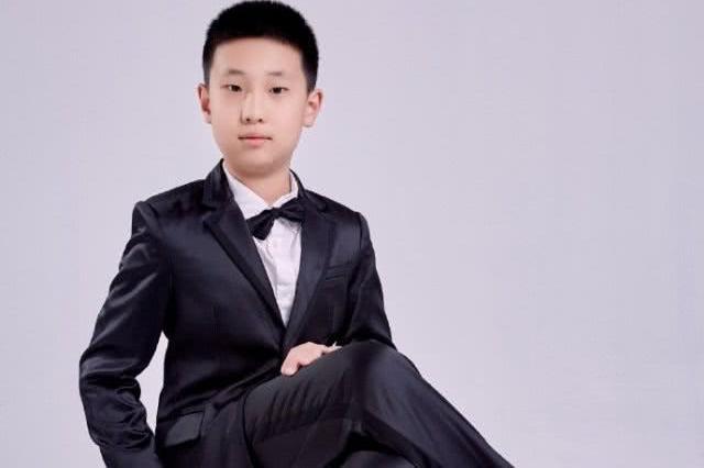 林永健9岁儿子近照,大竣穿西装单手插兜不停耍酷,越长越像爸爸