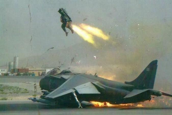 飞行员不顾教学楼师生性命,从30吨战机跳伞逃生,上百名师生遇难