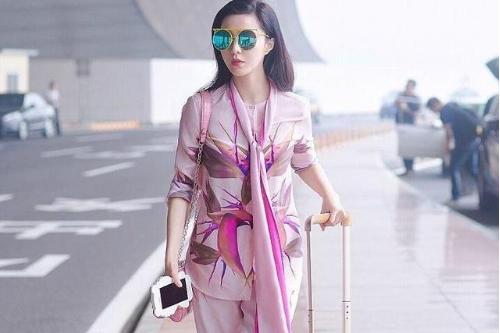 范冰冰穿粉色睡衣风套装走机场