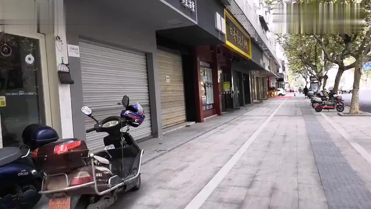 浙江西部一个普通的县城,黄金地段的街道,却空着这么多门面