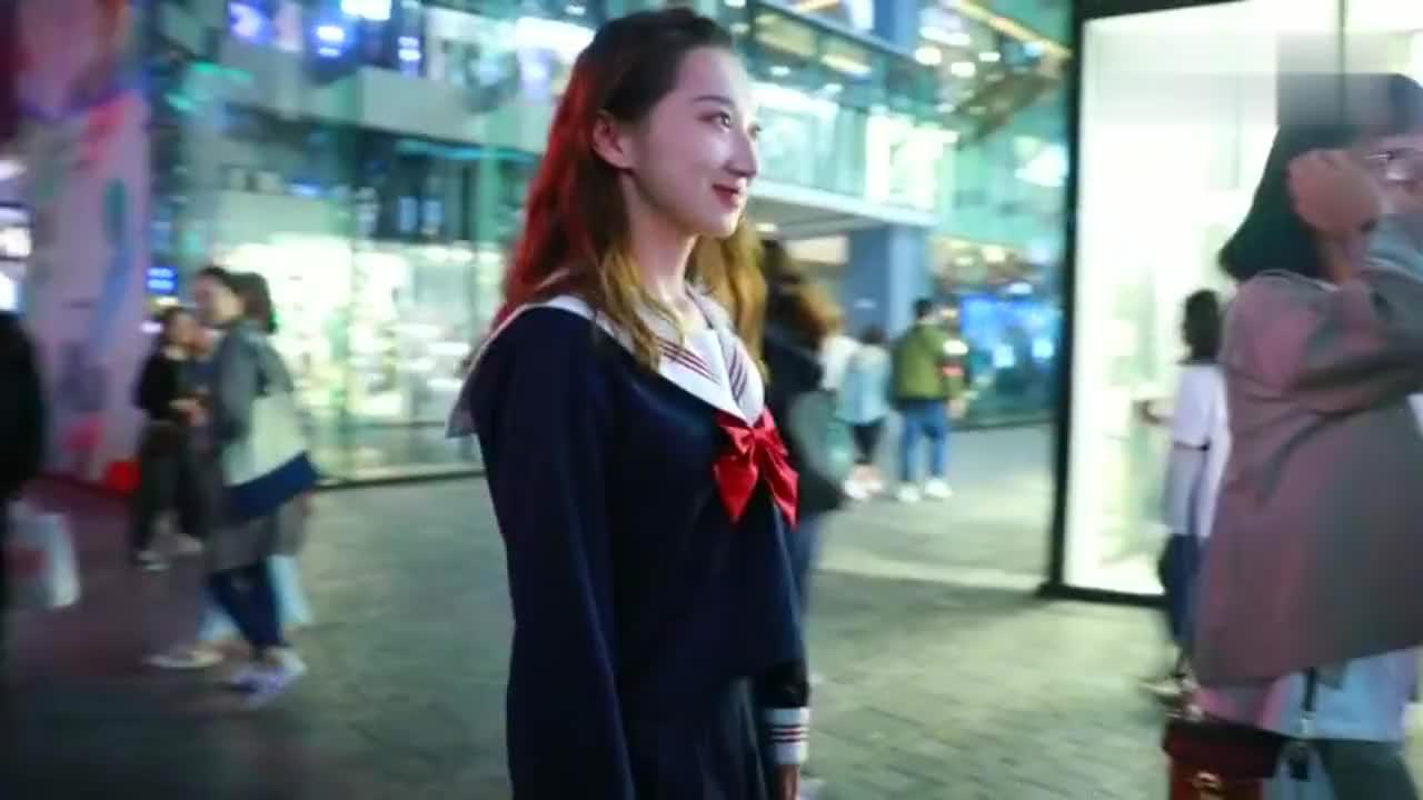 三里屯街拍,这小女孩也太可爱了,穿的是日本的校服吗