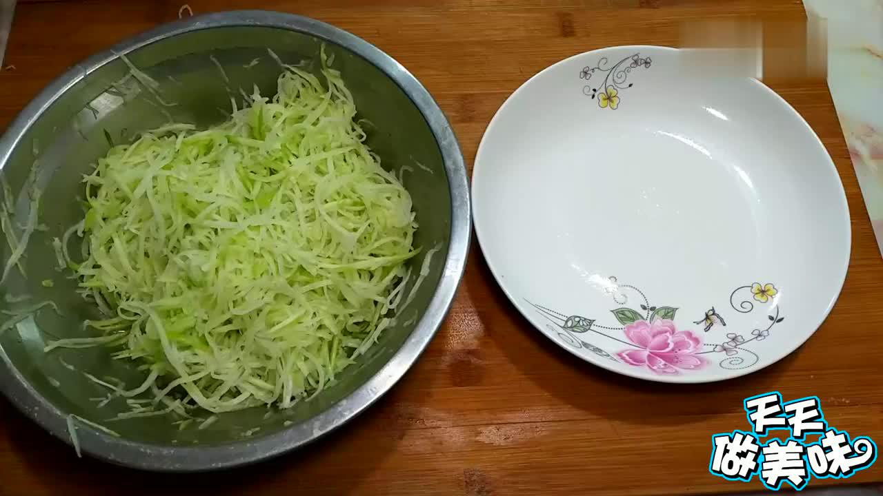 萝卜加花生米新做法,搅一搅,捏一捏,比吃肉都过瘾