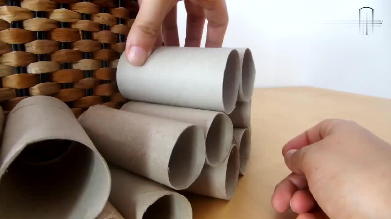 铲屎官用纸巾卷筒改造成碉堡让猫咪当玩具太有才华了