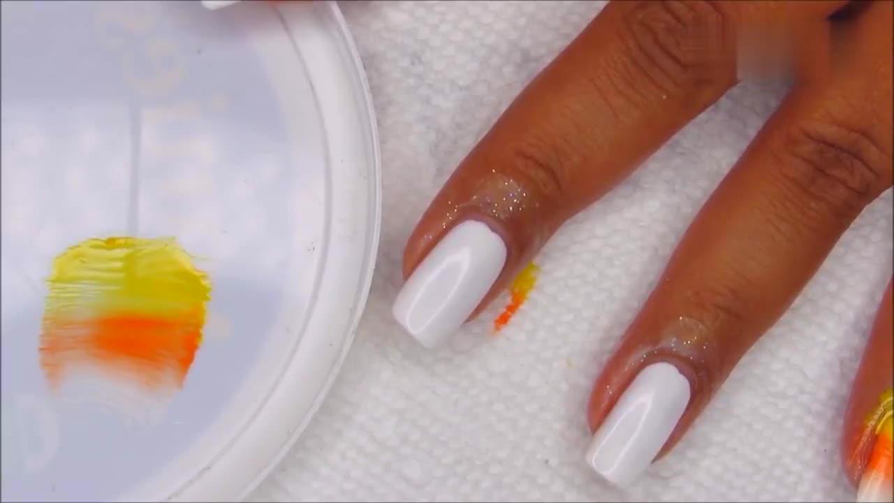 小姐姐将橙黄色指甲油一点点涂上去,风干后,看着渐变感十足