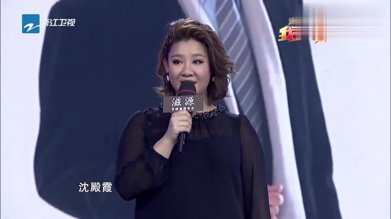郑欣宜在台上唱歌,父亲悄悄来到,在后台密切关注!