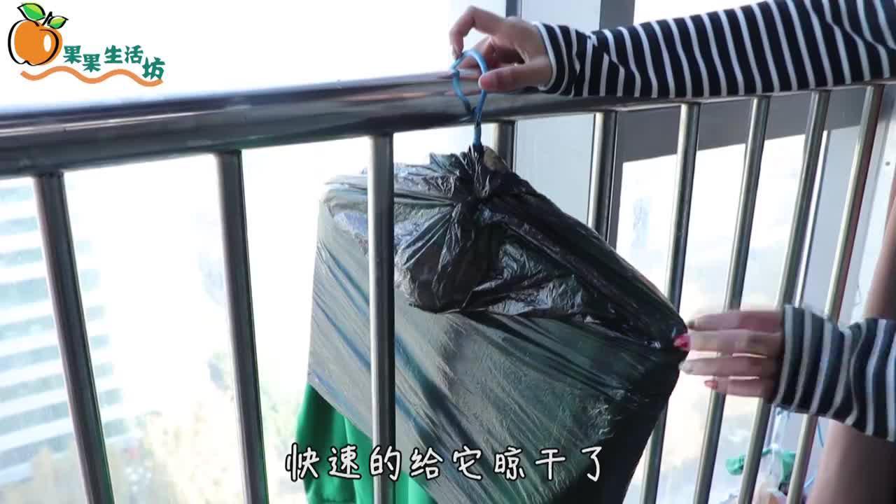 阴天时衣架上套个塑料袋真厉害家政阿姨告诉我的方法真棒