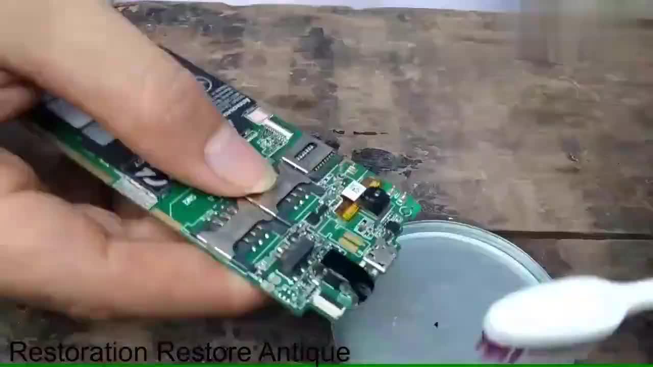 男子在草地捡到一台联想手机网友拆开修复后还能用吗