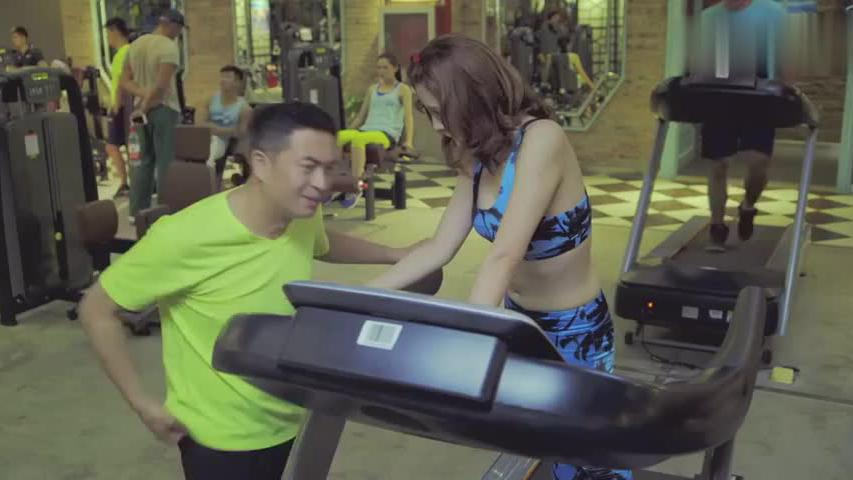 美女决定要运动减肥,不料才跑了一会,就要改变自己的主意