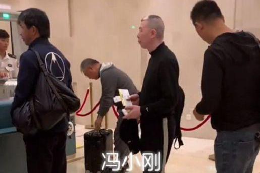 冯小刚赴厦门参加电影节,行程低调孤身一人,斑秃明显健康堪忧