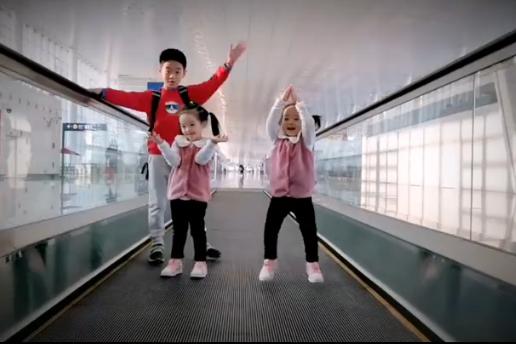 杨威一家旅游,杨阳洋全程照顾俩妹妹,欢欢乐乐电梯上尬舞超萌!