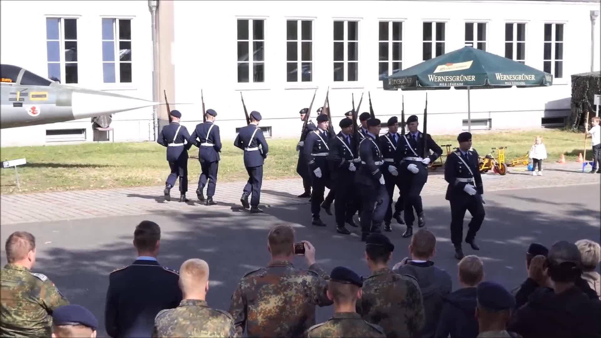 德国仪仗队彩排,花式表演很精彩,当然与咱们相比还有很大差距!