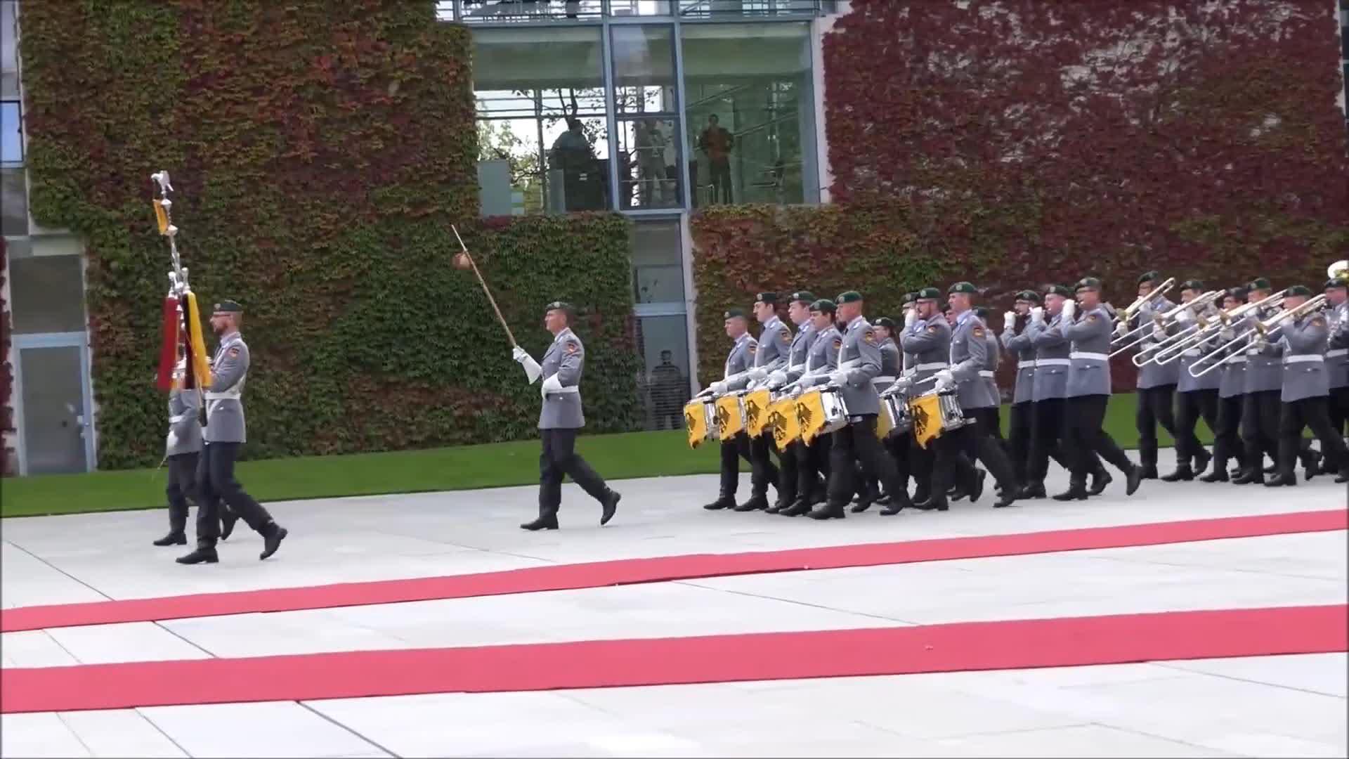 德国军乐仪仗队,他来了他来了,他们踏着整齐的步伐走来了!